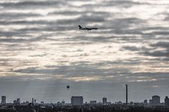 Ballon und Jetliner