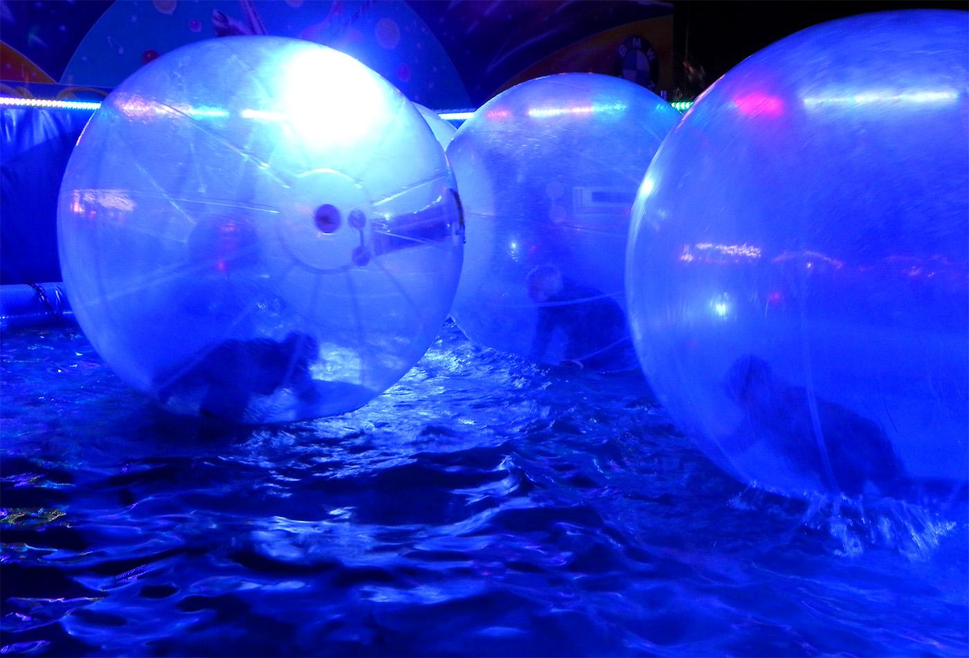 Ballons auf dem Wasser