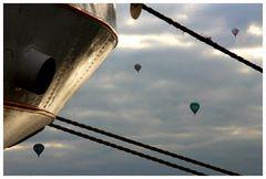 Ballons zwischen Seilen