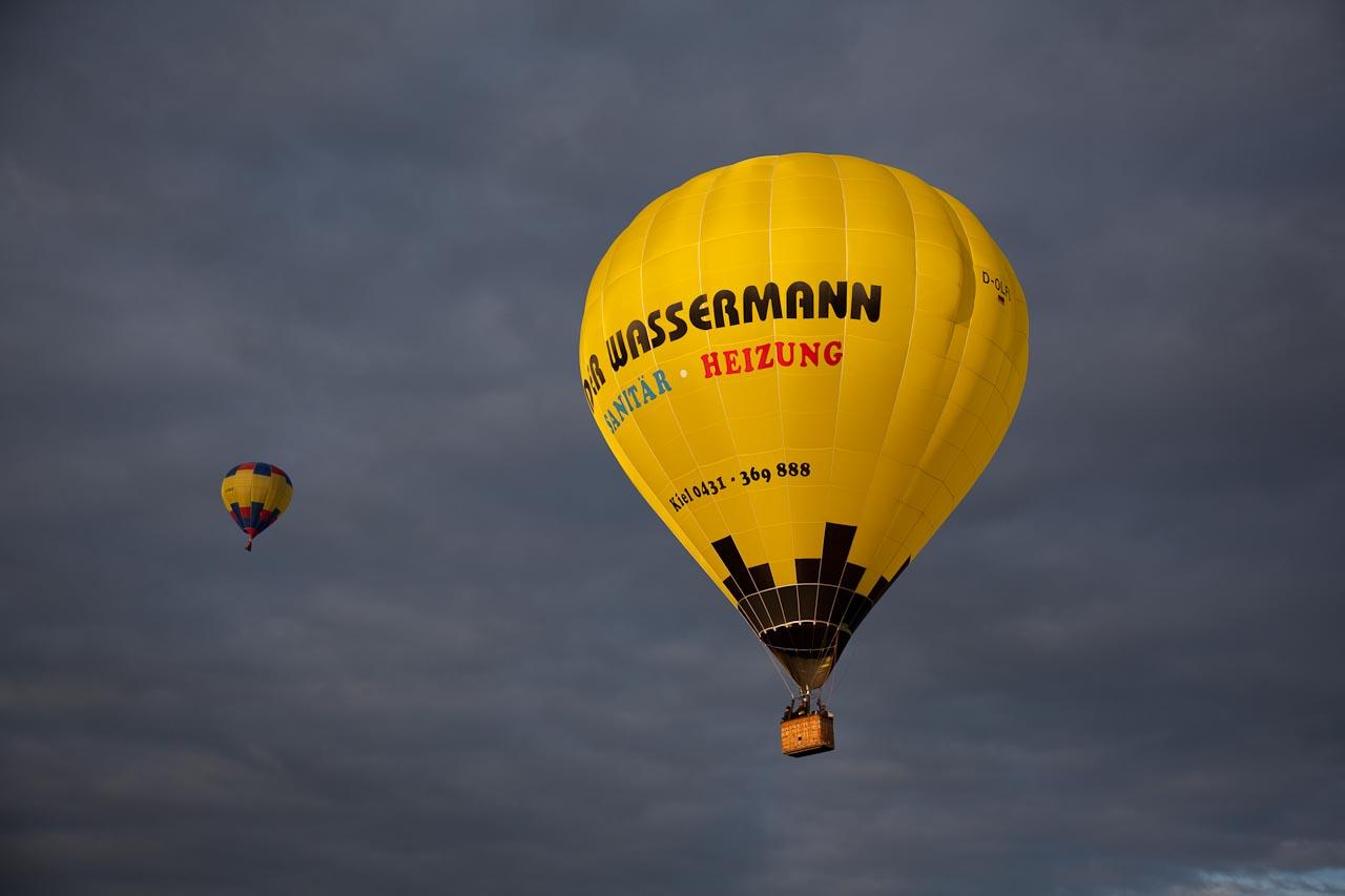Balloon vor schwarzem Himmel