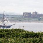 Bamburgh Castle und Rahsegler