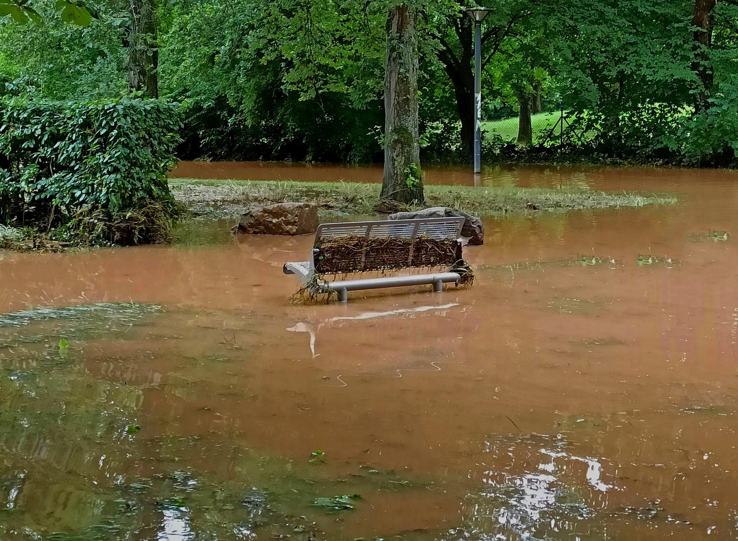 Bank nach dem Hochwasser im Park 2