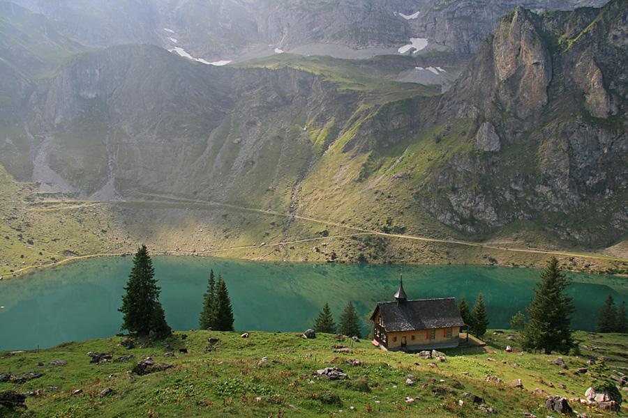 Bannalpsee mit Bergkapelle
