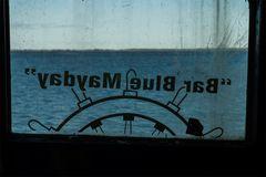 """""""Bar Blue Maybay"""" mit leichter Schlagseite"""