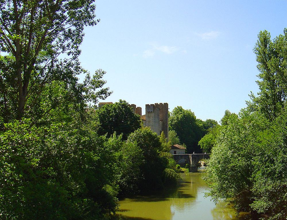 Barbaste (Lot et Garonne) Pont roman sur la Gélise et le moulin des tours