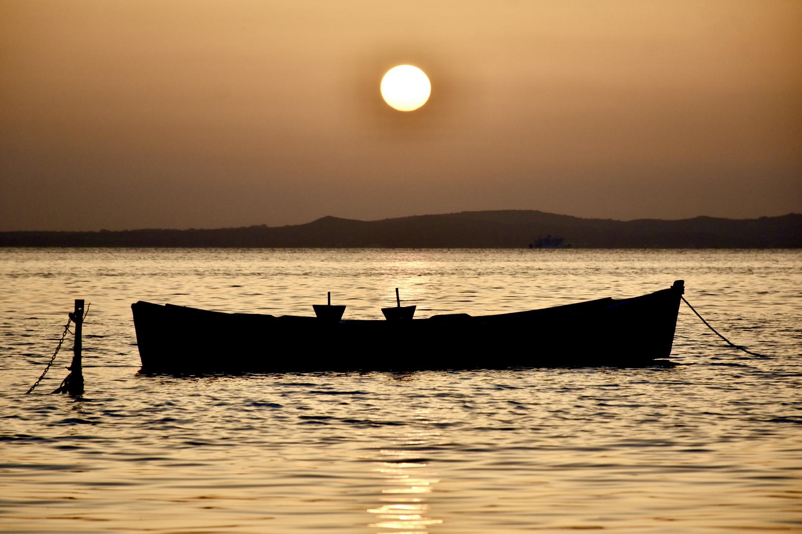 Barca al tramonto Corongiuali Matzaccara Sud Sardegna