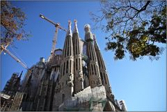 """Barcelona, la """"Sagrada Familia"""", mit Baukranen."""