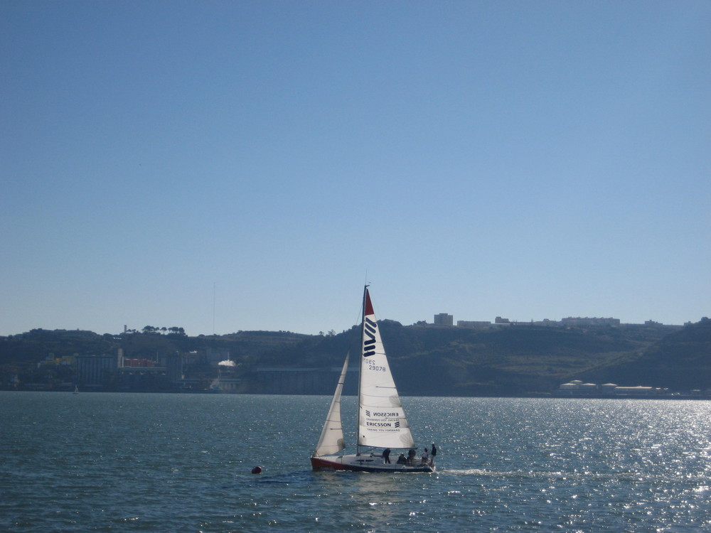 Barco velero navegando en el Tejo (Lisboa)