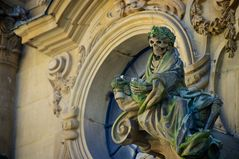 Barock-Statue mit Weinglass am Würzburger Do