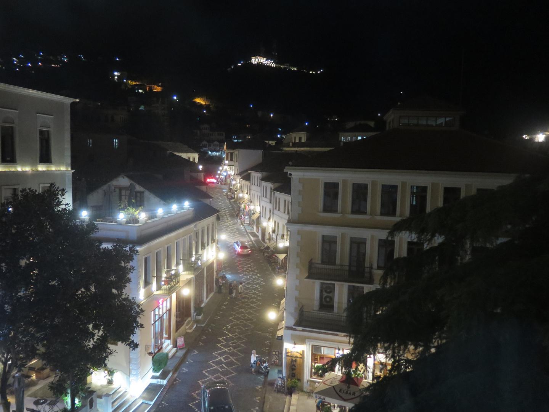 Basarstraße am Abend