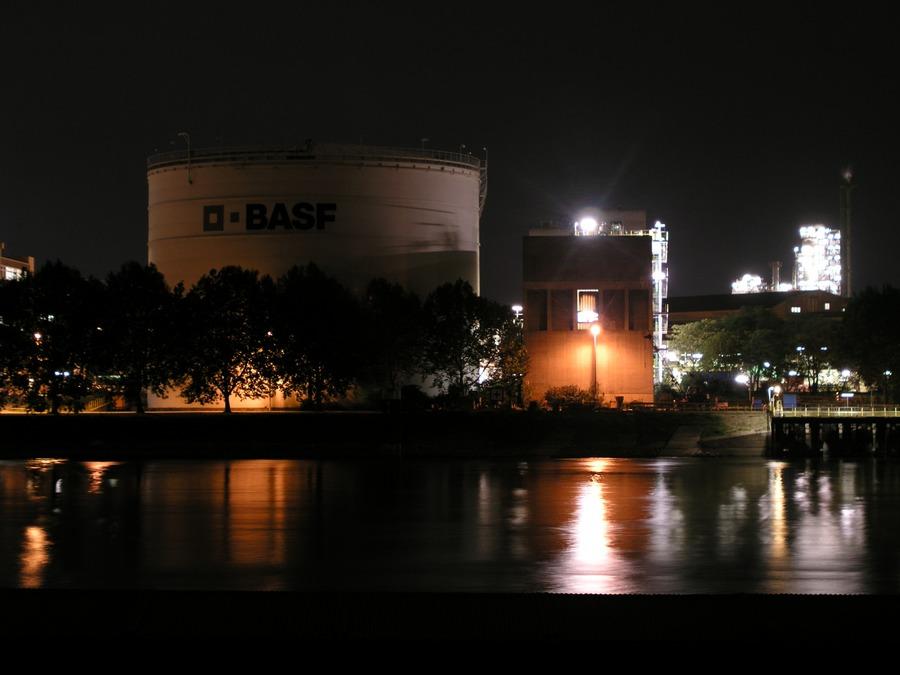 BASF bei Nacht - von der Neckarspitze