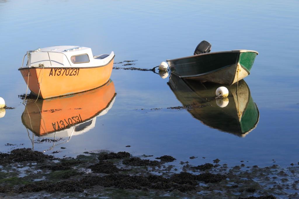Bateaux au repos ....ciel bleu et mer calme