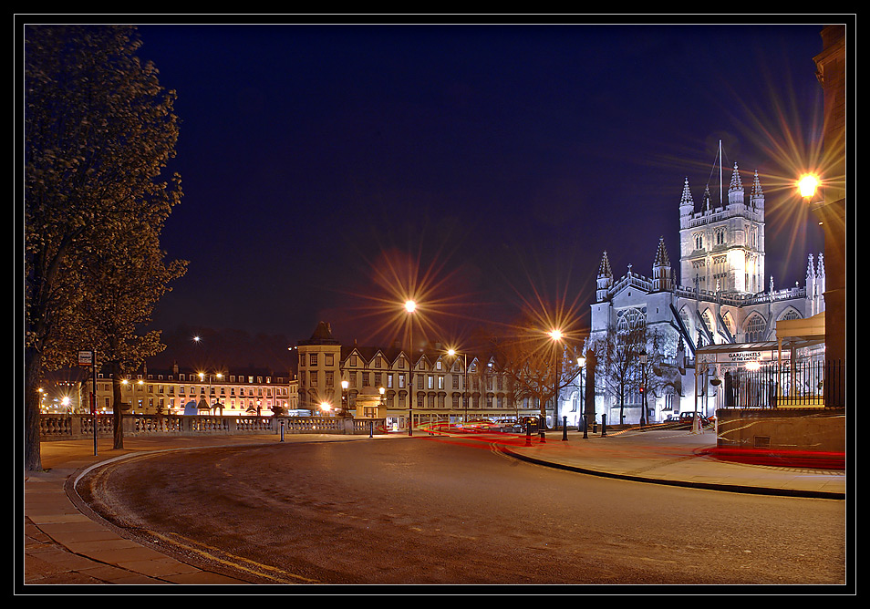 Bath Abbey & Garfunkels at the Empire <Bath bei Nacht>