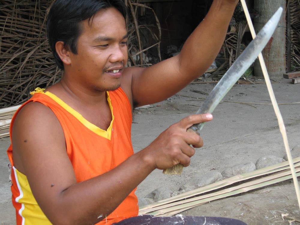 Bauarbeiter beim Bearbeiten von Bambus