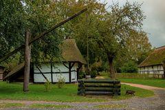 Bauernhäuser mit Ziehbrunnen