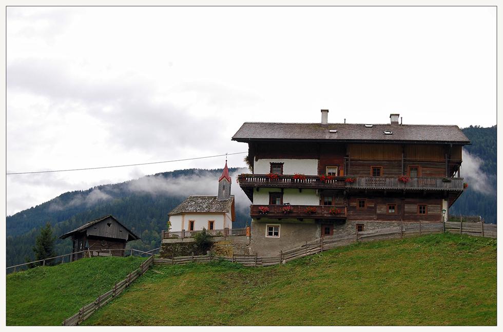 """Bauernhof, Familienkapelle und """"Kastl"""""""