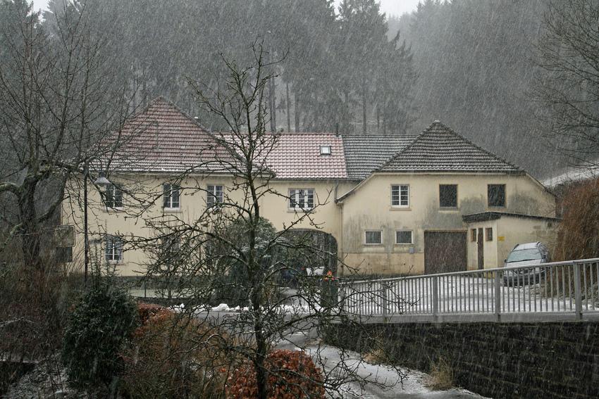 Bauernhof im beginnenden Schneetreiben