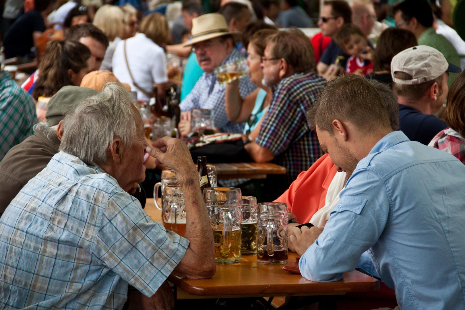 Bayerische Lebensfreude in einem Biergarten in München - Deutschland, Bayern