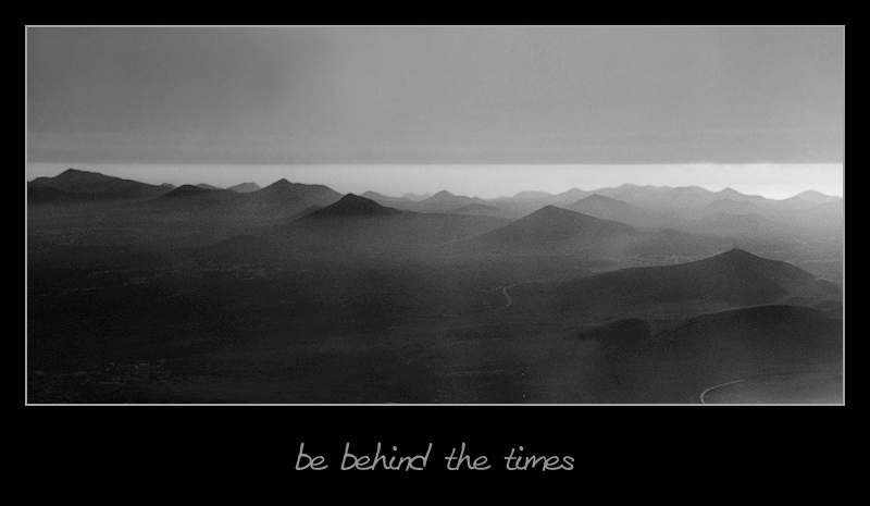 [be behind the times]