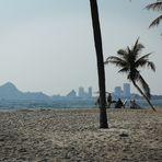 Beach Palmen Berg Hochhaeuser Thai P20-20-col