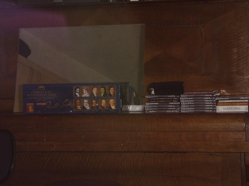Beethovensammlung, mehrere CDs und in der Schule (Gymnasium) abmontierter Badspiegel auf Klavier