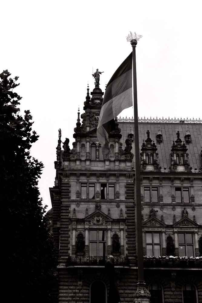 Beflaggung vorm Rathaus