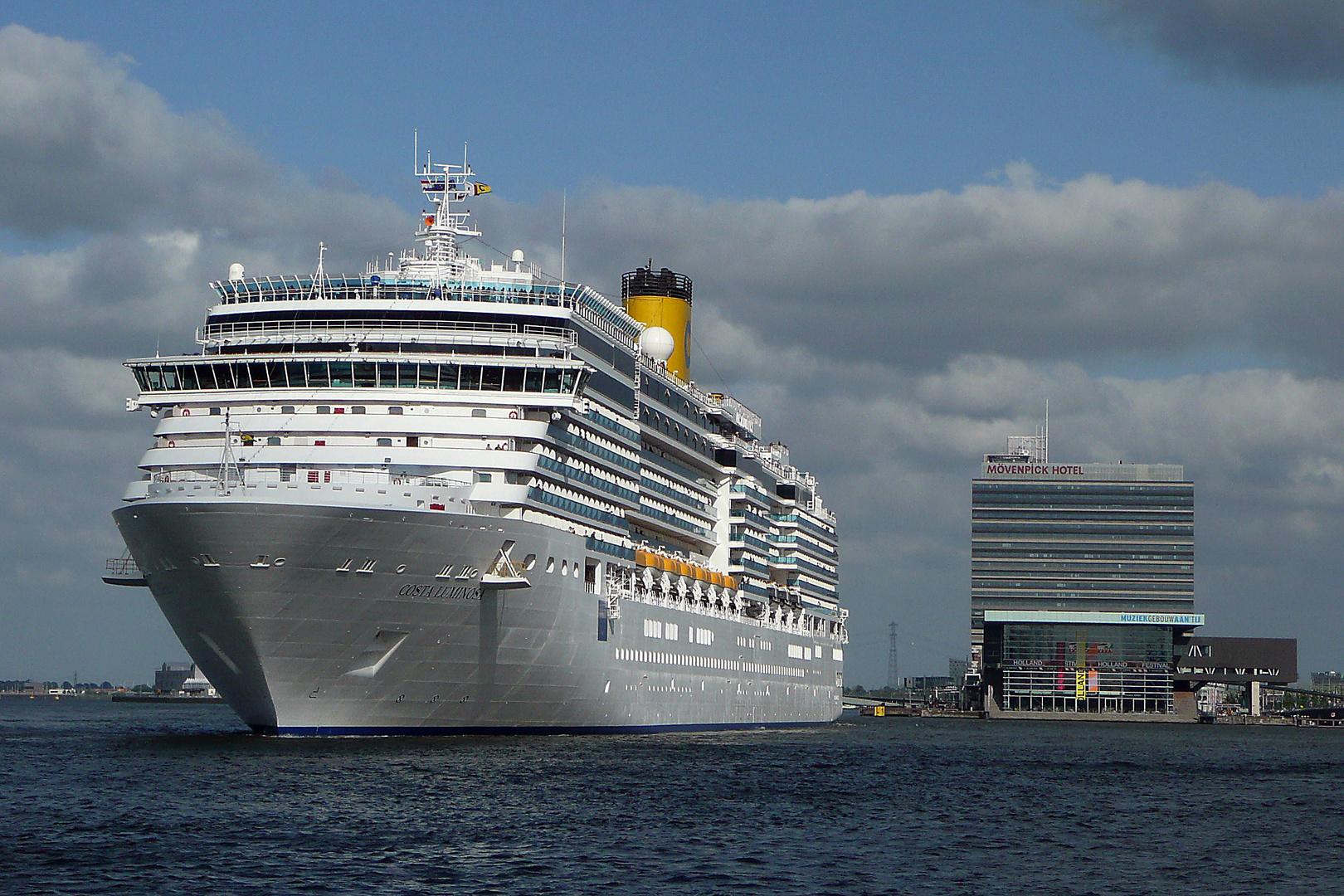 Begegnungen in Amsterdam: Die Costa Luminosa verläßt den Hafen