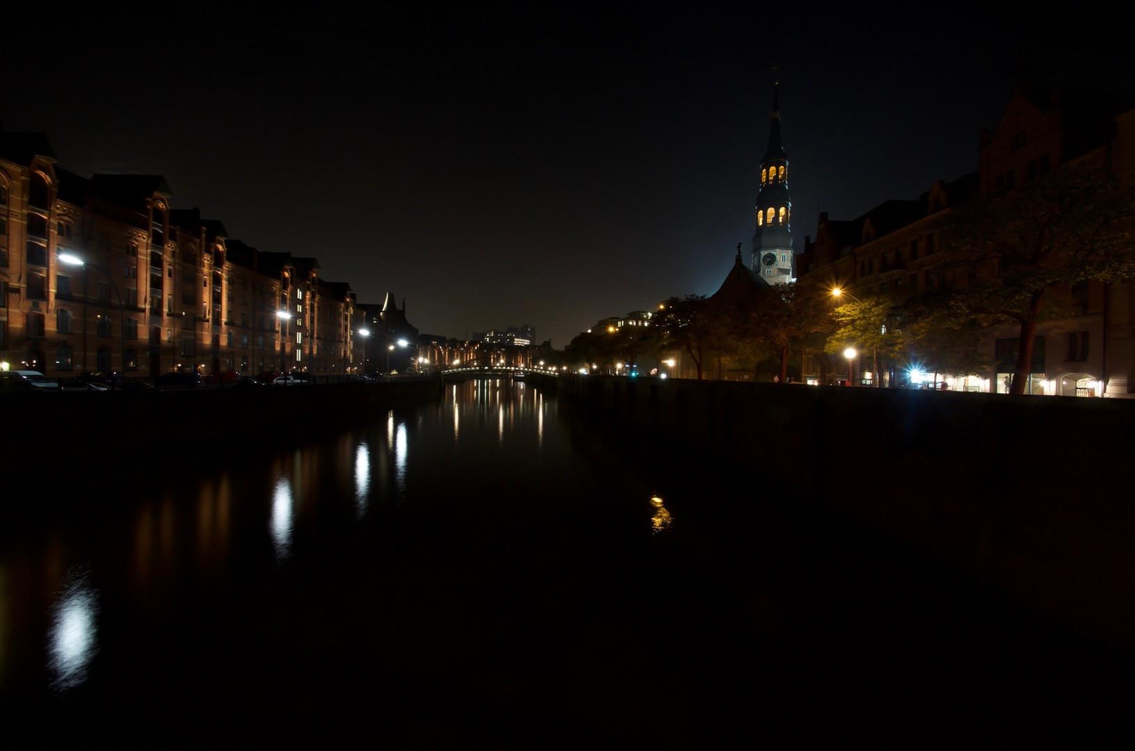 Bei Nacht auf der Brücke