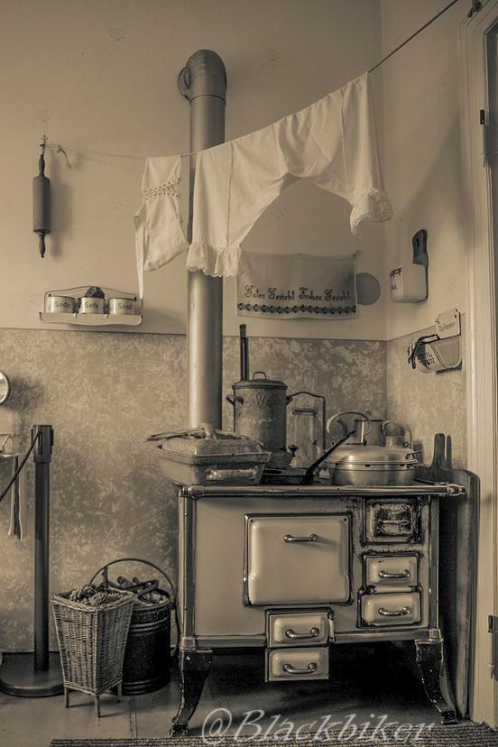 Bei Oma in der Küche Foto & Bild | architektur, monochrom