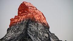 Bei Sonne bekommt das Horn aller Hörner jeden Morgen in Zermatt ....