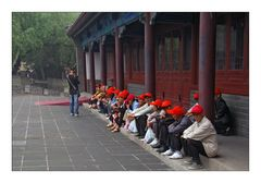Beijing: Red Caps - Rote Mützen