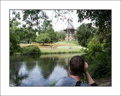 Beim Fotographieren der Mühle am Wall