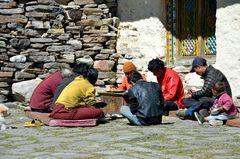 Beim Lunch vor dem Sama-Kloster in Samagaon