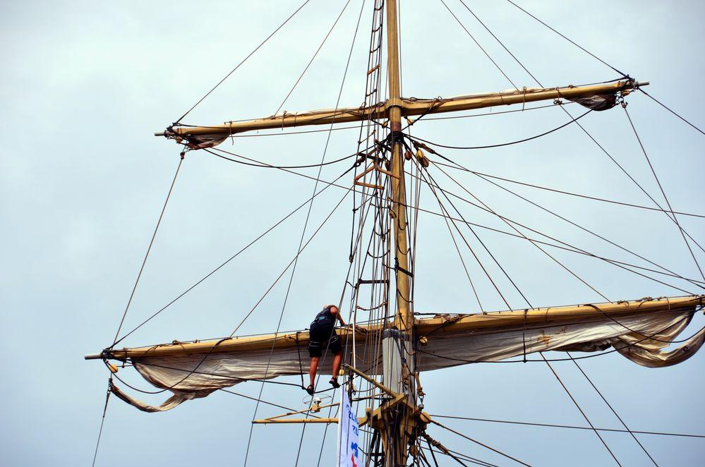 Beim Segelsetzen während der Hanse Sail 2014