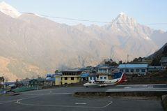 Beim Start vom Tensing-Hillary-Airport in Lukla auf 2800 m Höhe