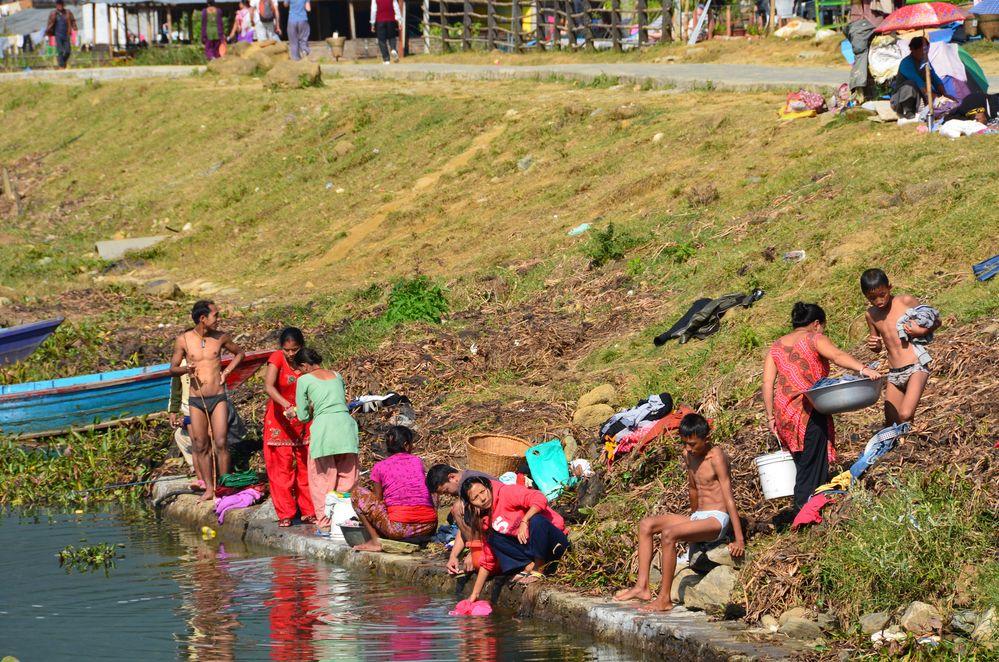 Beim Waschen im Phewa-See in Pokhara
