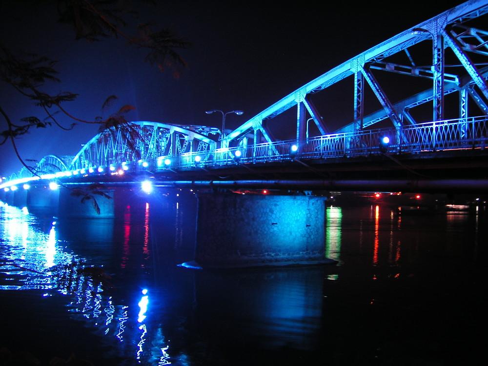 Beleuchtete Brücke bei Nacht
