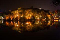 beleuchtete Insel im Hoan Kiem See Hanoi