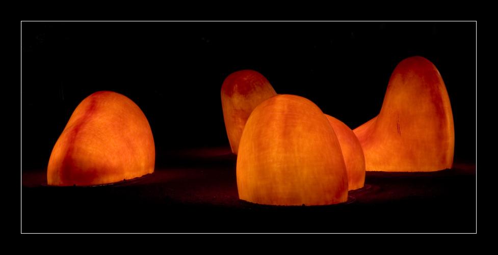 beleuchtete Skulpturen bei Nacht