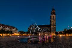 Beleuchtete Wasserspiele auf dem Domplatz