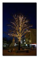 beleuchteter Baum vor dem Lünen Rathaus im Februar 2017