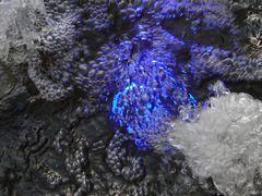 Beleuchteter Brunnen in Blau...