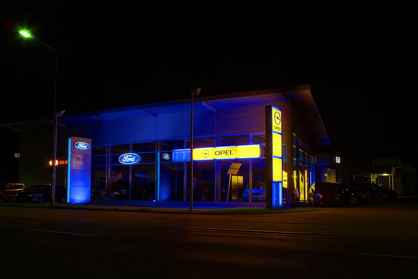 Beleuchtetes Autohaus DRI