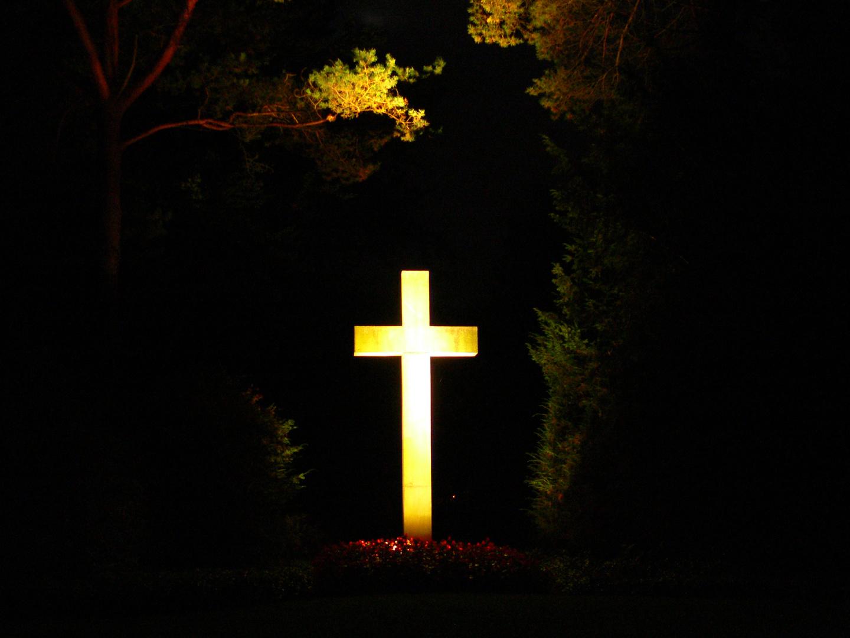 Beleuchtetes Kreuz bei den Kriegsgräbern auf dem Südfriedhof in Neumünster