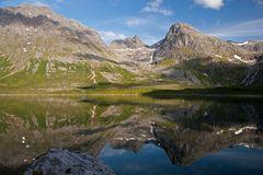 Berg im Fjordspiegel