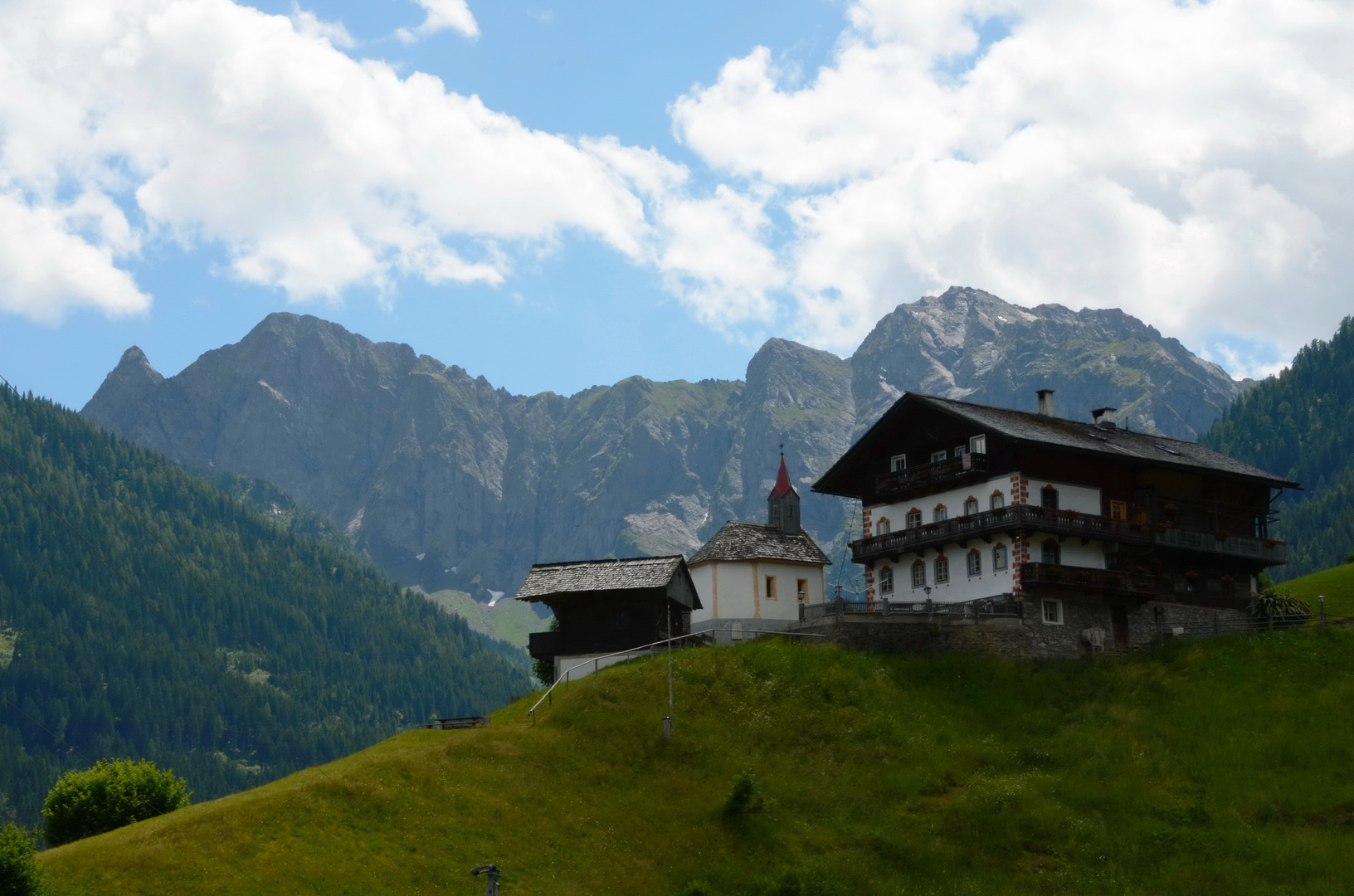 Bergbauernhof mit eigener Hofkapelle vor herrlicher Bergkulisse...