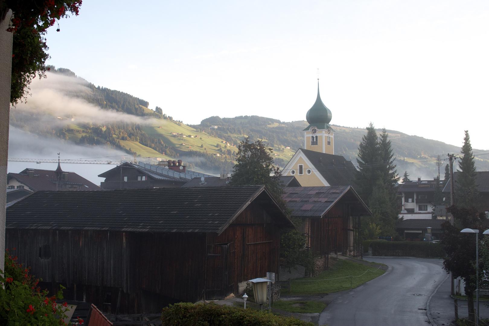 Bergdorf im Morgengrau
