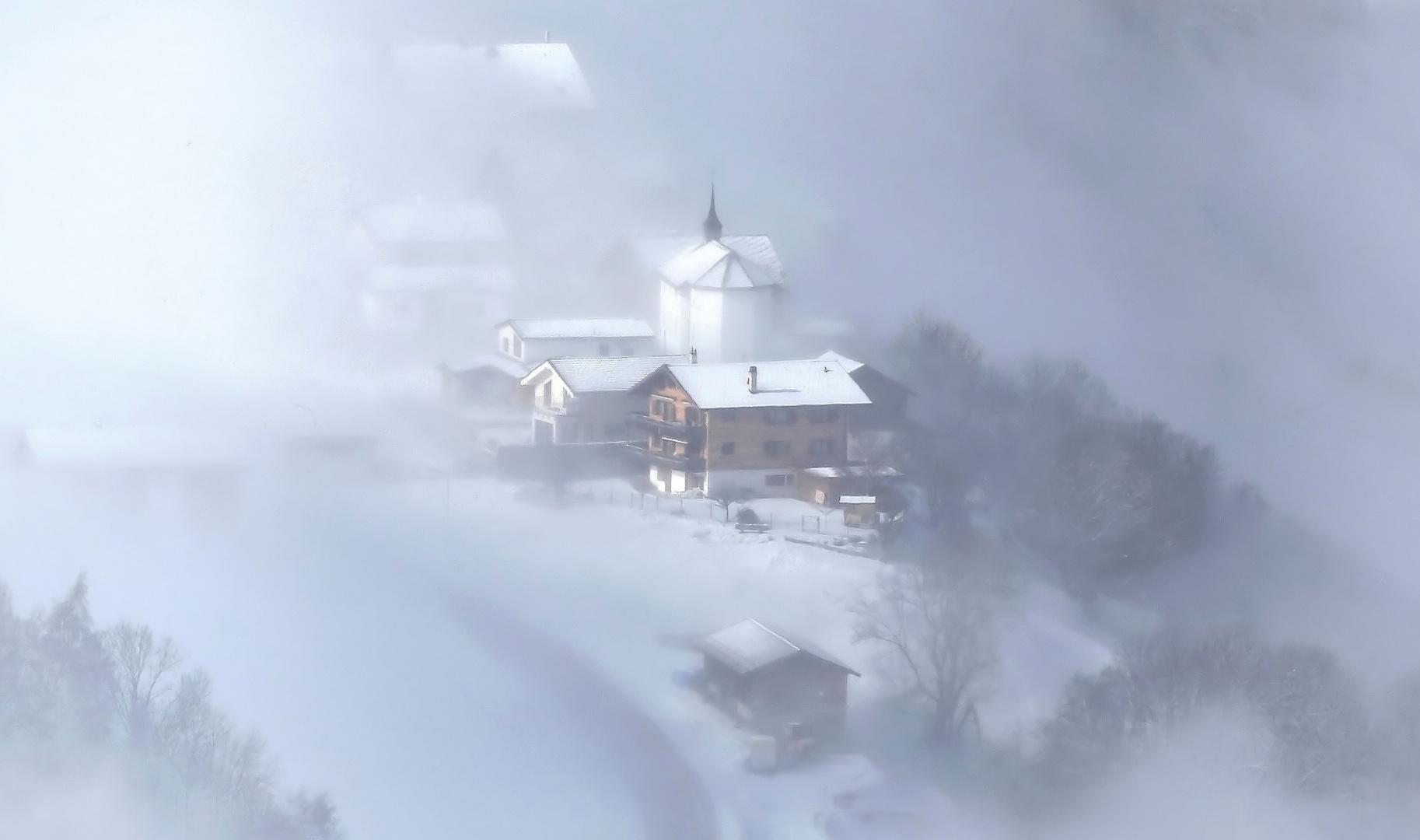 Bergdorf im Nebel
