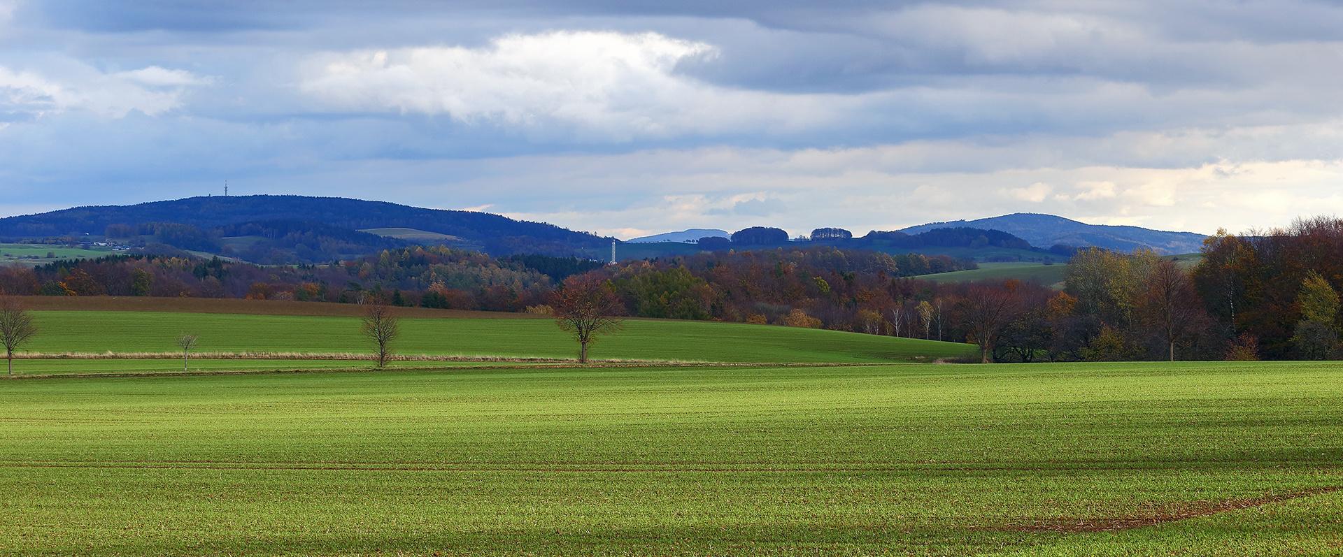 Berge, goldener Herbst und frisches Grün sowie die schon tiefe...