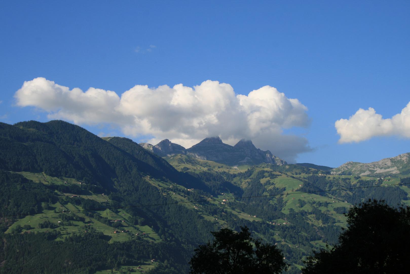 Berge mit Häusern in den Schweizer Alpen
